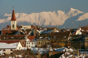 Gereformeerde kerk van Sibiu met de Negoiu op de achtergrond (2535 m)